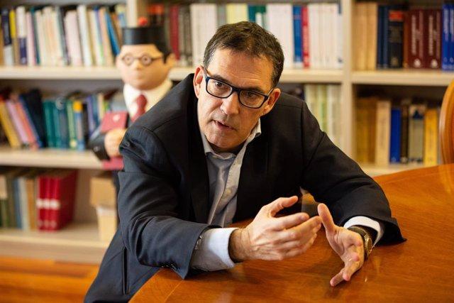 Archivo - El abogado de Carles Puigdemont y candidato de Junts per Catalunya por Girona, Jaume Alonso-Cuevillas, presenta su libro '1 judici (polític) i 100 preguntes ('1 juicio (político) y 100 preguntas ')'.