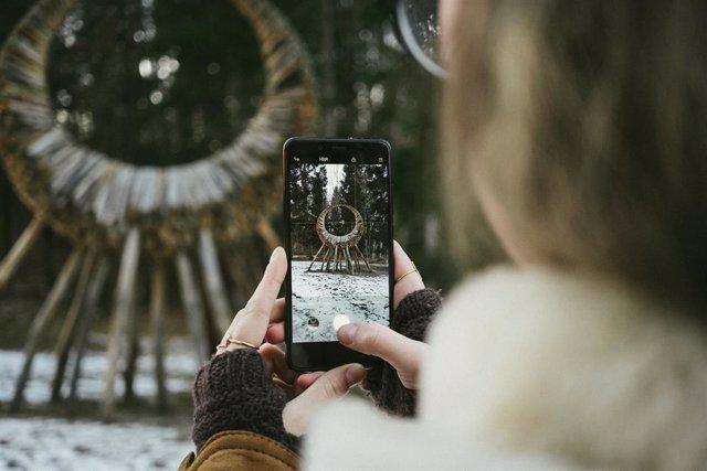 Persona usando un teléfono móvil para hacer una fotografía