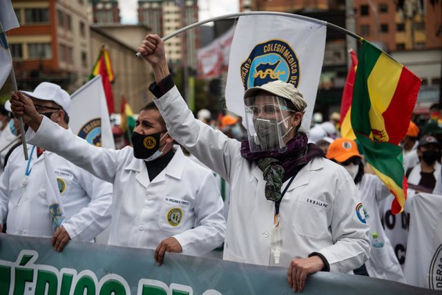 17 March 2021, Bolivia, La Paz: Doctors take part in a protest against the arrest of Bolivia's former interim president Jeanine Anez and other ex-ministers. A group of doctors took part in the rally, calling for the repeal of a new law which, in their vie