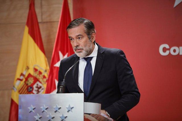 Archivo - El consejero de Justicia, Interior y Víctimas, Enrique López, interviene durante una rueda de prensa en la Real Casa de Correos.