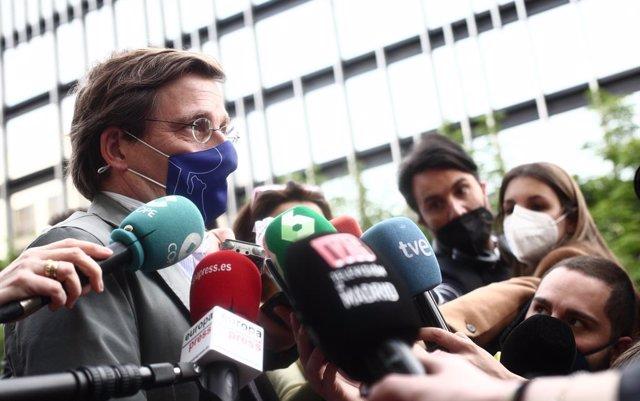 El alcalde de Madrid, José Luis Martínez-Almeida, responde a los medios a su llegada al acto de toma de posesión de la nueva delegada del Gobierno en la Comunidad de Madrid, Mercedes González, en la sede de la Delegación del Gobierno, Madrid, (España), a