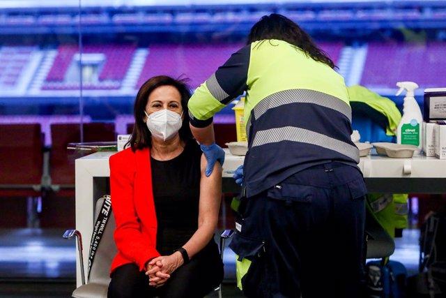 Un sanitario vacuna a la ministra de Defensa, Margarita Robles en el Wanda Metropolitano, en Madrid (España), a 1 de abril de 2021. Margarita Robles fue citada para vacunarse este jueves dentro del plan sanitario de la Comunidad de Madrid, que administra