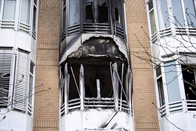 02 April 2021, Berlin: Black soot can be seen on the facade of the Helios Emil von Behring Clinic in Berlin-Zehlendorf after a room burned out completely overnight. One patient dies and five others are injured. Photo: Fabian Sommer/dpa