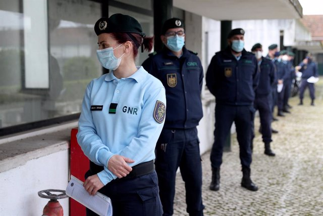 Archivo - 13 February 2021, Portugal, Lisbon: National Republican Guard officers wait in line to receive a first dose of the AstraZeneca Covid-19 vaccine at the Conde de Lippe military barracks. Photo: Pedro Fiuza/ZUMA Wire/dpa