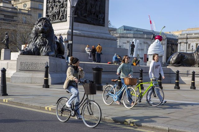 Archivo - Personas paseando en Trafalgar Square, Londres