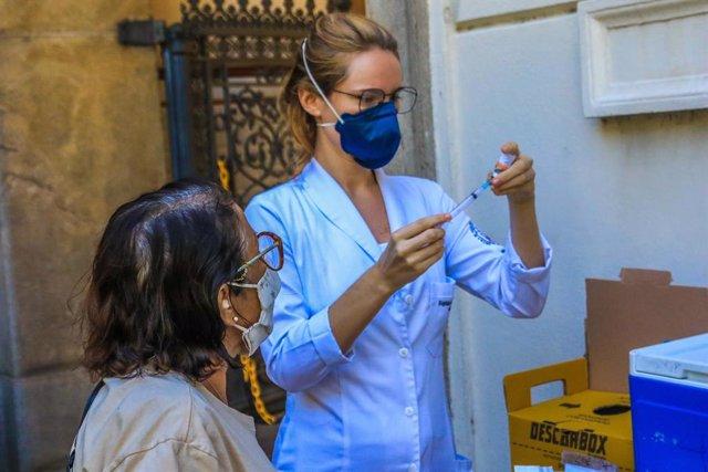 Basileños vacunandose contra el coronavirus durante la campaña de abril