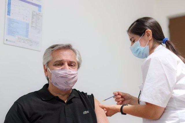 Archivo - El presidente de Argentina, Alberto Fernández, recibe la primera dosis de la vacuna rusa contra la COVID-19.