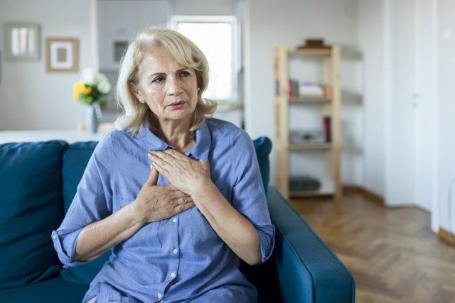 Archivo - Mujer mayor con dolor en el pecho.