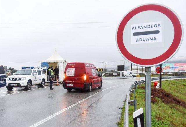 Archivo - Control en la frontera entre Portugal y España