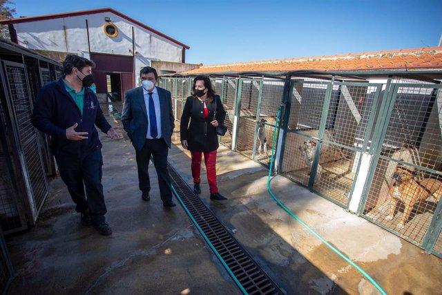 El alcalde visita el Centro Municipal de Acogida de Animales.