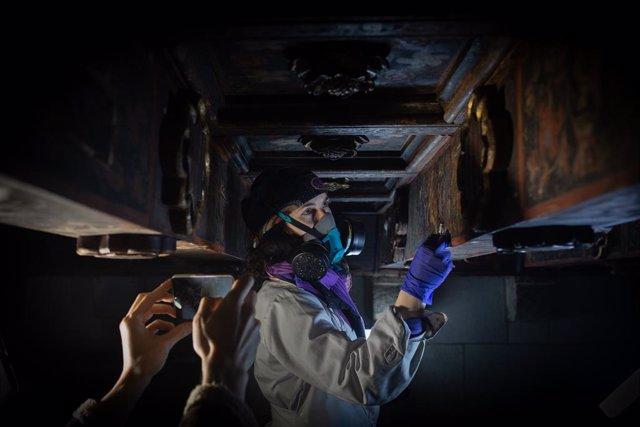 Una restaurador treballa en la recuperació de les pintures gòtiques del segle XIV a l'Ajuntament de Barcelona.