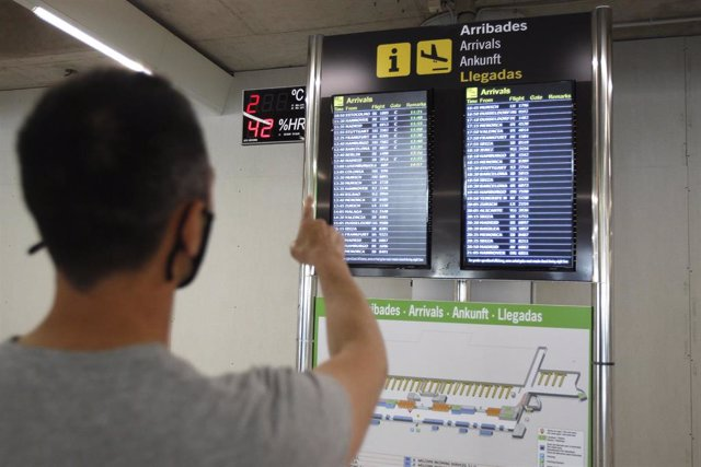 Un pasajero señala la pantalla del aeropuerto de Palma.