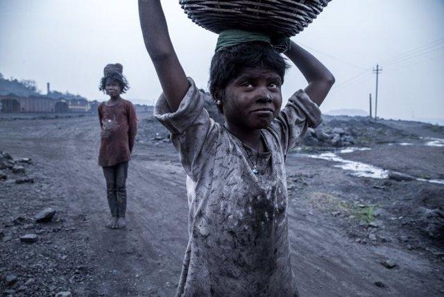 Niños en galerias de carbón de India