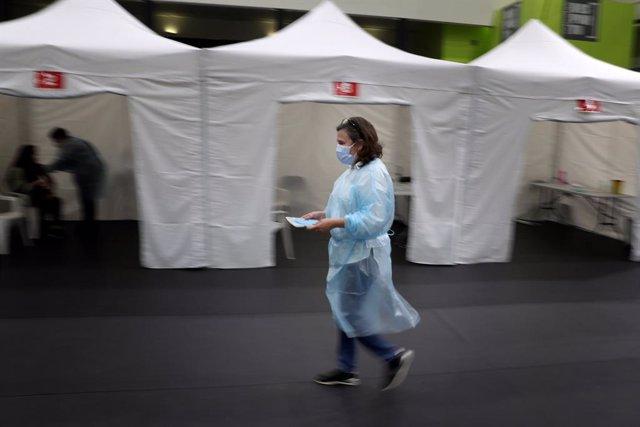 27 March 2021, Portugal, Lissabon: A teacher receives a first dose of the AstraZeneca Coronavirus (Covid-19) vaccine at the Odivelas Multipurpose Pavilion. Photo: Pedro Fiuza/ZUMA Wire/dpa
