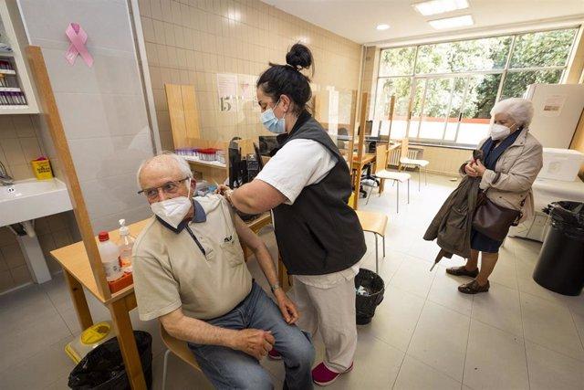 Una sanitaria vacuna a un hombre mayor de 80 años con la dosis de Pfizer en el ambulatorio Virgen Peregrina, en Pontevedra, Galicia (España), a 1 de abril de 2021. El Servicio Gallego de Salud (SERGAS) tiene previsto que el lunes, todos los mayores de 80