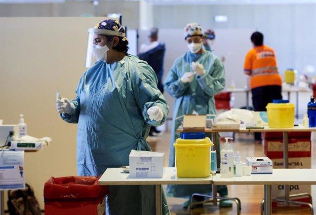 Una profesional sanitaria, en un dispositivo de vacunación masiva frente al Covid-19, en el Palacio de Exposiciones y Congresos de Santander, en Cantabria