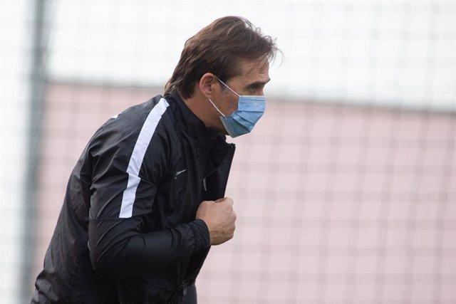 Archivo - Julen Lopetegui, head coach of Sevilla, during training of Sevilla Futbol Club at Jose Ramon Cisneros Palacios Sport City on February 25, 2021 in Sevilla, Spain.