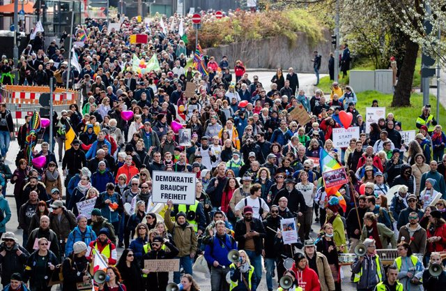 """03 April 2021, Baden-Wuerttemberg, Stuttgart: Numerous people take part in a demonstration of the initiative """"Querdenken"""" and march through the Stuttgart city center against the coronavirus restrictions imposed by the federal government. Photo: Christoph"""