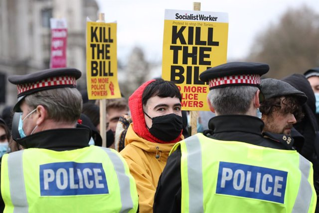 """03 April 2021, United Kingdom, London: Police hold back demonstrators during the """"Kill The Bill"""" protest at Parliament Square against the police, crime, sentencing and courts bill. Photo: Jonathan Brady/PA Wire/dpa"""