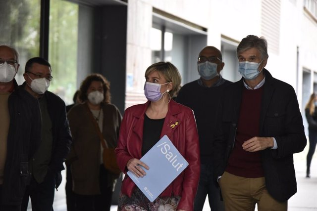 La consellera de Salut en funcions, Alba Vergès, al costat del secretari de Salut Pública de la Generalitat, Josep Maria Argimon, durant una visita a un punt de vacunació contra el Covid-19 a Barcelona