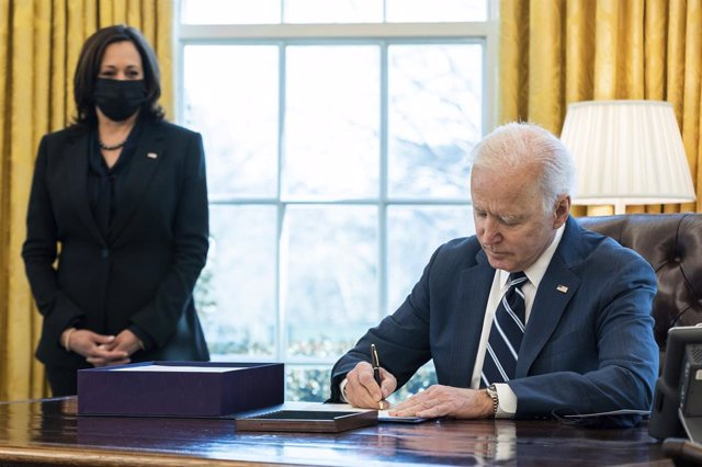 11 March 2021, US, Washington: US President Joe Biden (R) signs the American Rescue Plan into law as Vice President Kamala Harris looks on in the Oval Office at the White House. Photo: Adam Schultz/White House via Planet Pix via ZUMA Wire/dpa