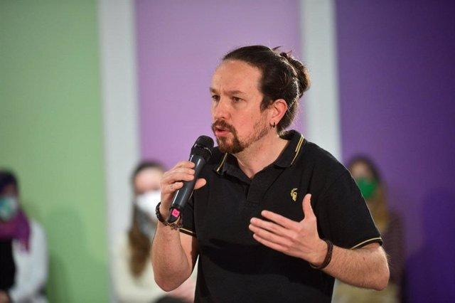 El candidat d'Unides Podem a les eleccions de Madrid, Pablo Iglesias, relata les seves propostes en matèria d'habitatge en un acte amb diversos càrrecs de l'espai polític.