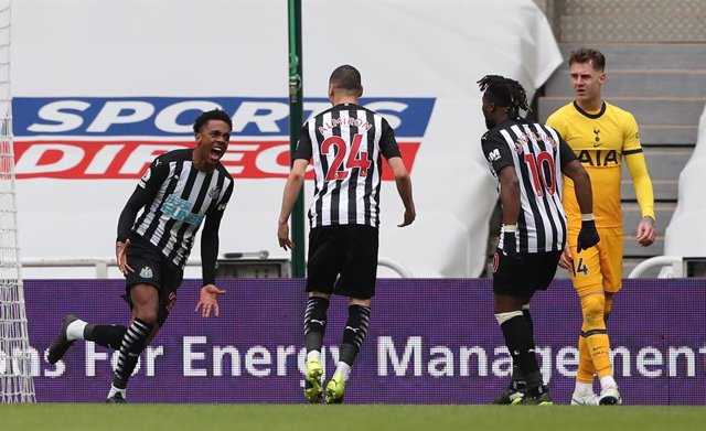 04 April 2021, United Kingdom, Newcastle: Newcastle United's Joe Willock (L) celebrates scoring their side's second goal of the English Premier league soccer match between Newcastle United and Tottenham Hotspur at St James' Park. Photo: Scott Hepell/PA Wi