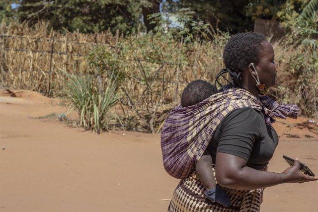 Archivo - Una mujer desplazada y su hijo en Cabo Delgado