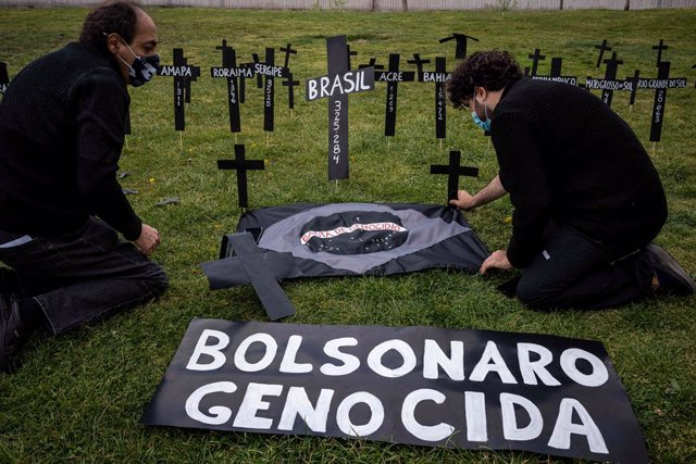 02 April 2021, Spain, Madrid: A banner saying 'Genocidal Bolsonaro' put up by Brazilian citizens at the Madrid Rio park during a commemorative act to remember the hundreds of deaths of people from the Coronavirus (Covid-19) pandemic in Brazil. Photo: Dieg