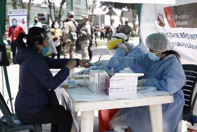 Archivo - Pruebas rápidas de COVID-19 llevadas a cabo por el Ministerio de Salud a los vecinos de la localidad de Los Olivos, en Lima, la capital de Perú.