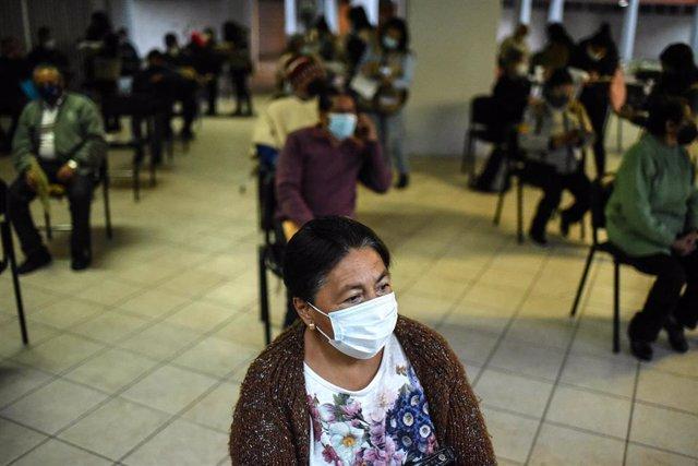 Mexicanos esperando a recibir la vacuna contra la COVID-19