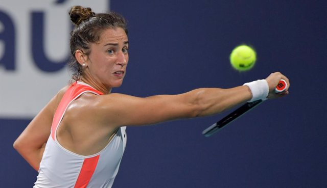 31 March 2021, US, Miami Gardens: Spanish tennis player Sara Sorribes Tormo in action against Canada's Bianca Andreescu during their women's singles quarter-final match of the Miami Open tennis tournament, at Hard Rock Stadium. Photo: -/SMG via ZUMA Wire/