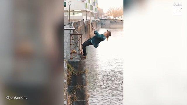 Este hombre se ha hecho viral en redes sociales gracias a unos vídeos en los que parece dominar la gravedad a su antojo