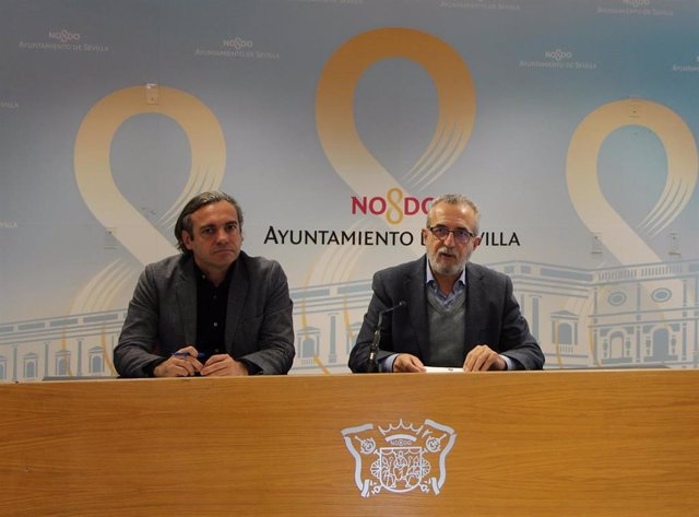 Archivo - El gerente de Emvisesa, Felipe Castro, y el delegado de Bienestar Social, Juan Manuel Flores, en una imagen de archivo