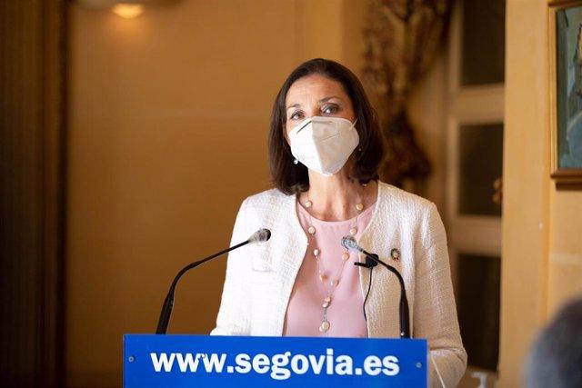 La ministra de Industria, Comercio y Turismo, Reyes Maroto, interviene en rueda de prensa durante una visita institucional a Segovia, a 5 de abril de 2021, en Segovia, Castilla y León, (España).