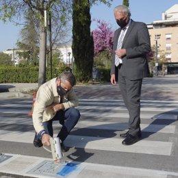 El Ayuntamiento de Granada ha iniciado la adaptación de los pasos de peatones de la ciudad para facilitar el uso y la seguridad de las personas con Trastornos del Espectro Autista (TEA).