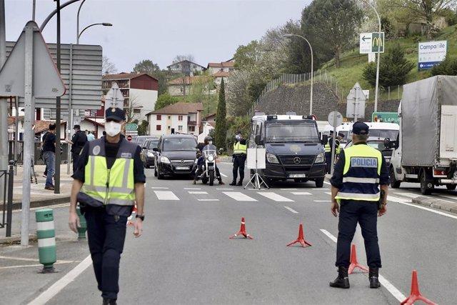 Dos policías nacionales participan en un control en la frontera con Francia, en Irún