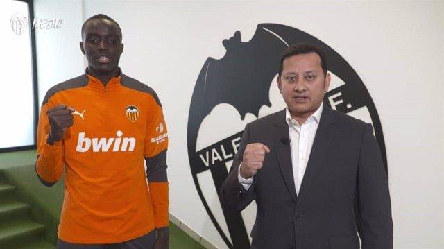 El presidente del Valencia CF, Anil Murthy, junto a Mouctar Diakhaby