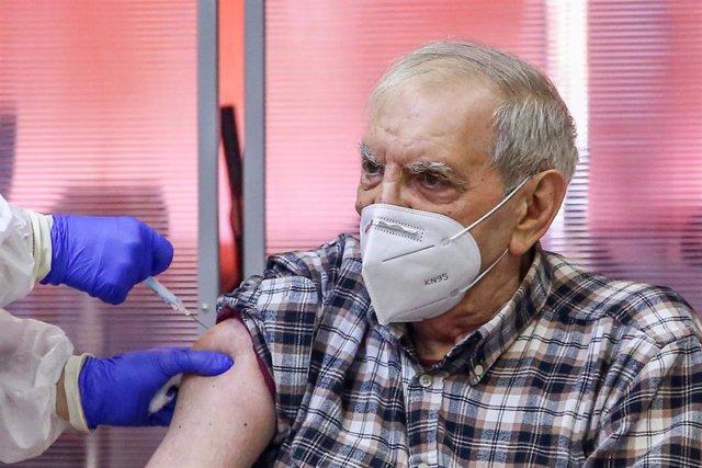 Archivo - José Antonio es vacunado durante el primer día de vacunación contra la Covid-19 en España, en la residencia de mayores Vallecas, perteneciente a la Agencia Madrileña de Atención Social (AMAS), en Madrid (España), a 27 de diciembre de 2020.