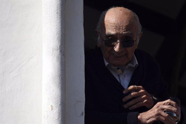 Archivo - El poeta valenciano Francisco Brines celebra en su casa la concesión del Premio Cervantes