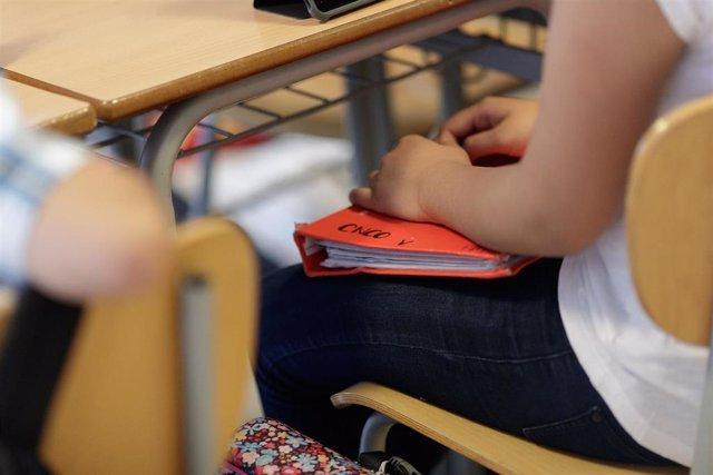 Archivo - Imagen de recurso de una estudiante en un aula.