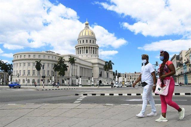 Archivo - Personas con mascarilla en La Habana