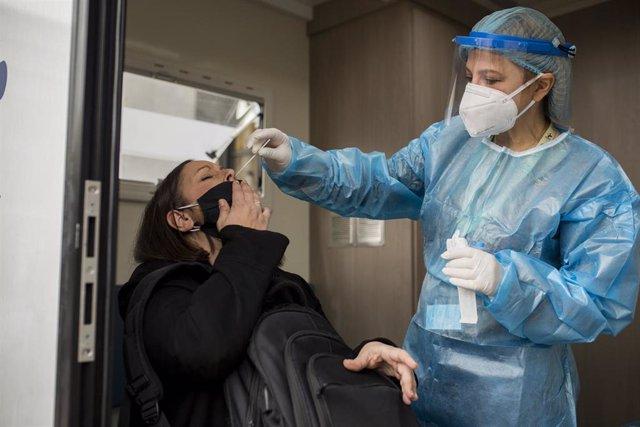 Personal sanitario realiza una prueba PCR