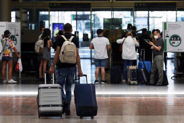 Archivo - Viajeros suben al AVE en la estación María Zambrano de Málaga en una imagen de archivo