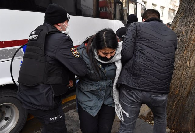 Archivo - Una mujer detenida por la Policía en Turquía