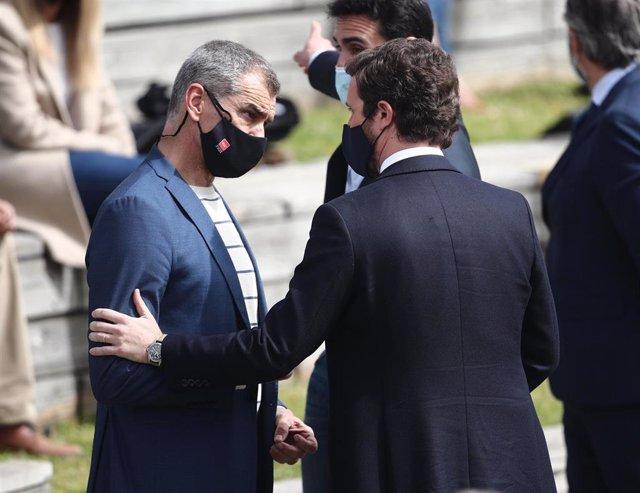 El exportavoz de Ciudadanos en las Cortes Valencianas Toni Cantó conversa con el presidente del PP, Pablo Casado, durante la presentación de la candidatura del PP para las elecciones a la Asamblea de Madrid.