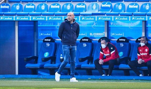 Abelardo Fernandez, head coach of Deportivo Alaves, during the Spanish league, La Liga Santander, football match played between Deportivo Alaves and RC Celta de Vigo at Mendizorroza stadium on April 04, 2021 in Vitoria, Spain.