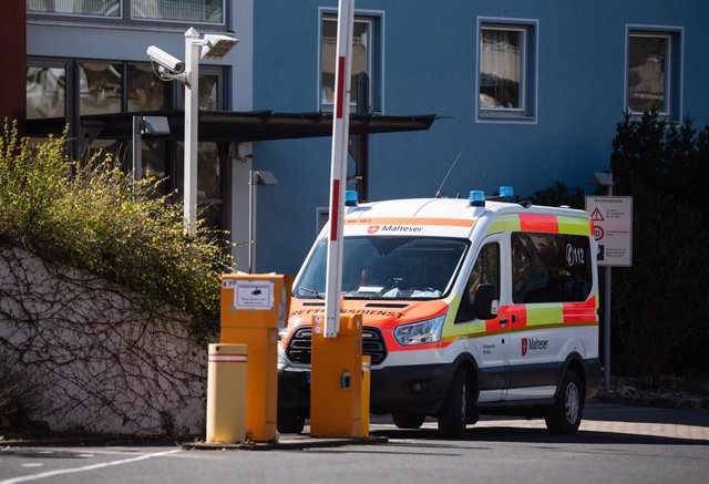 Archivo - 30 March 2020, Bavaria, Wuerzburg: An ambulance is seen parked in front of the Würzburg senior citizens' home where 13 people have died after contracting coronavirus. Photo: Nicolas Armer/dpa