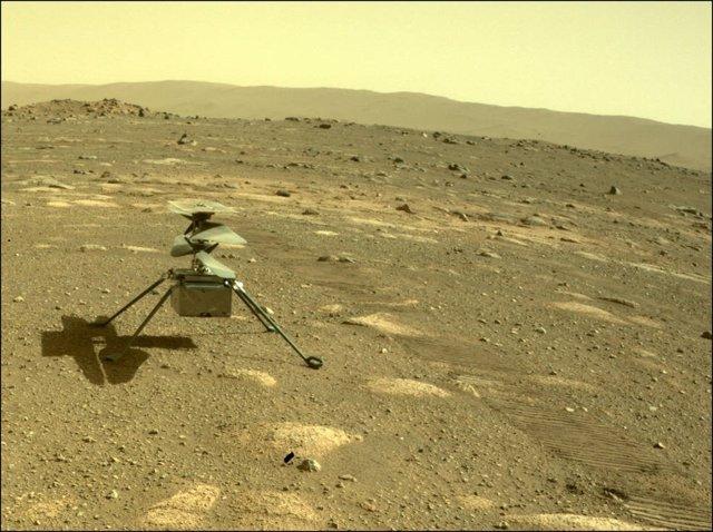 El helicóptero Ingenuity de la NASA se muestra desde el punto de vista de la cámara de trasera del rover Perseverance el 4 de abril de 2021