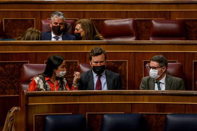 El portavoz parlamentario de Vox, Iván Espinosa de los Monteros (centro), durante un debate en el Pleno de la Cámara Baja, en Madrid (España), a 16 de marzo de 2021. El Pleno del Congreso mantiene este jueves el último debate de la Proposición de Ley Orgá